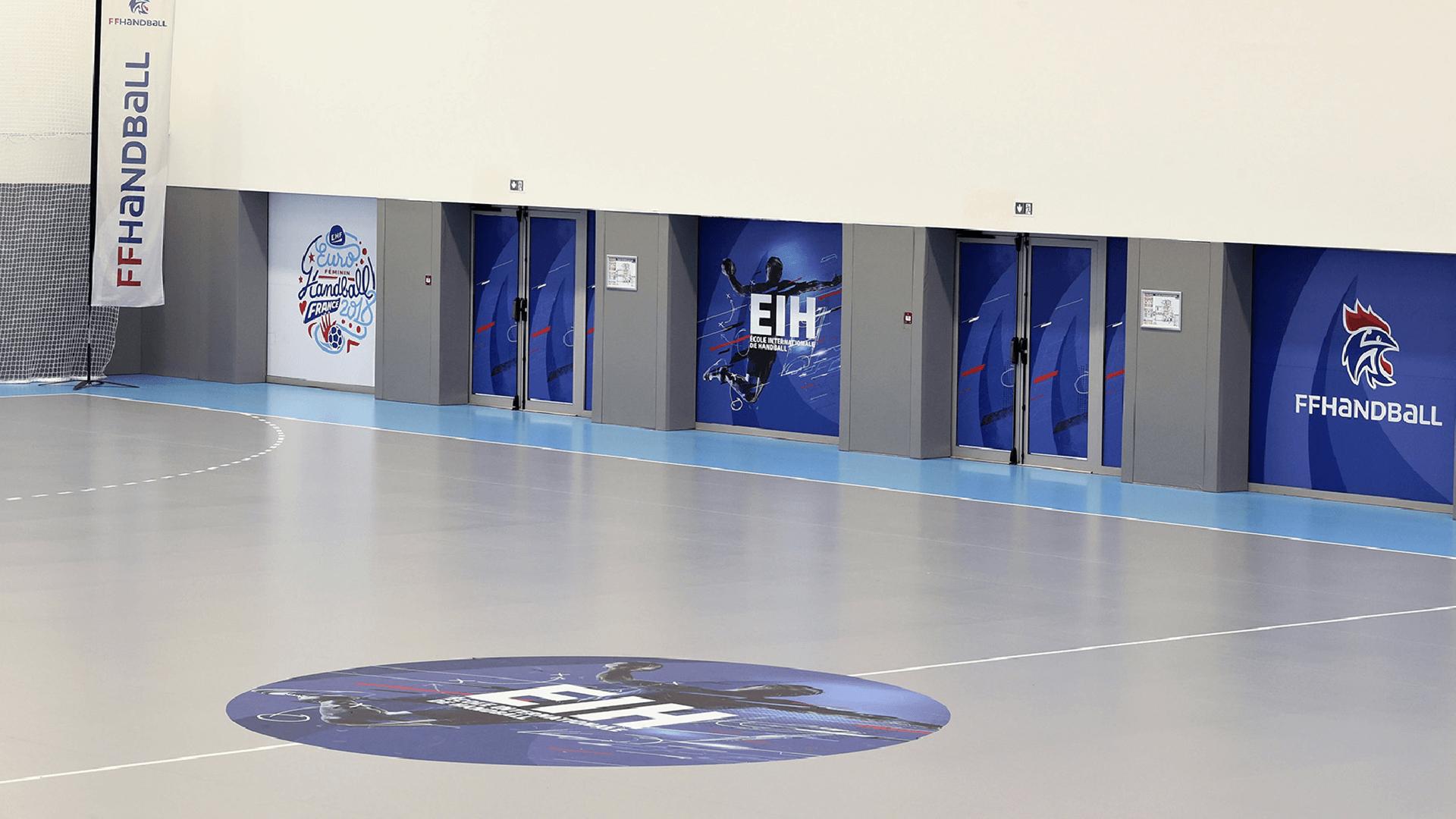 Affichage sur les portes du terrain de l'école Internationale de Handball