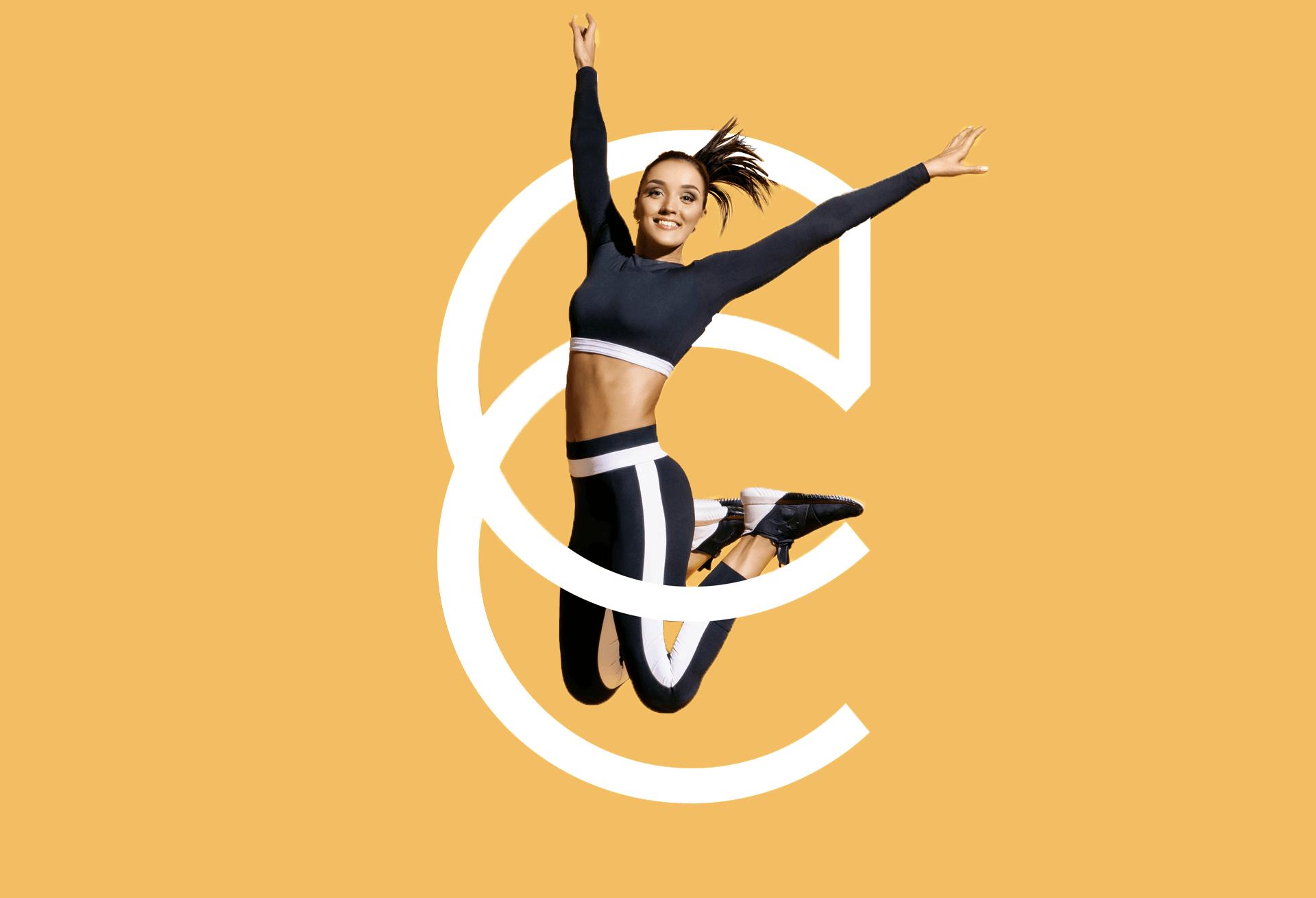 femme sautant entremêlé avec le CC blanc du logo Le Club Concept sur fond orange