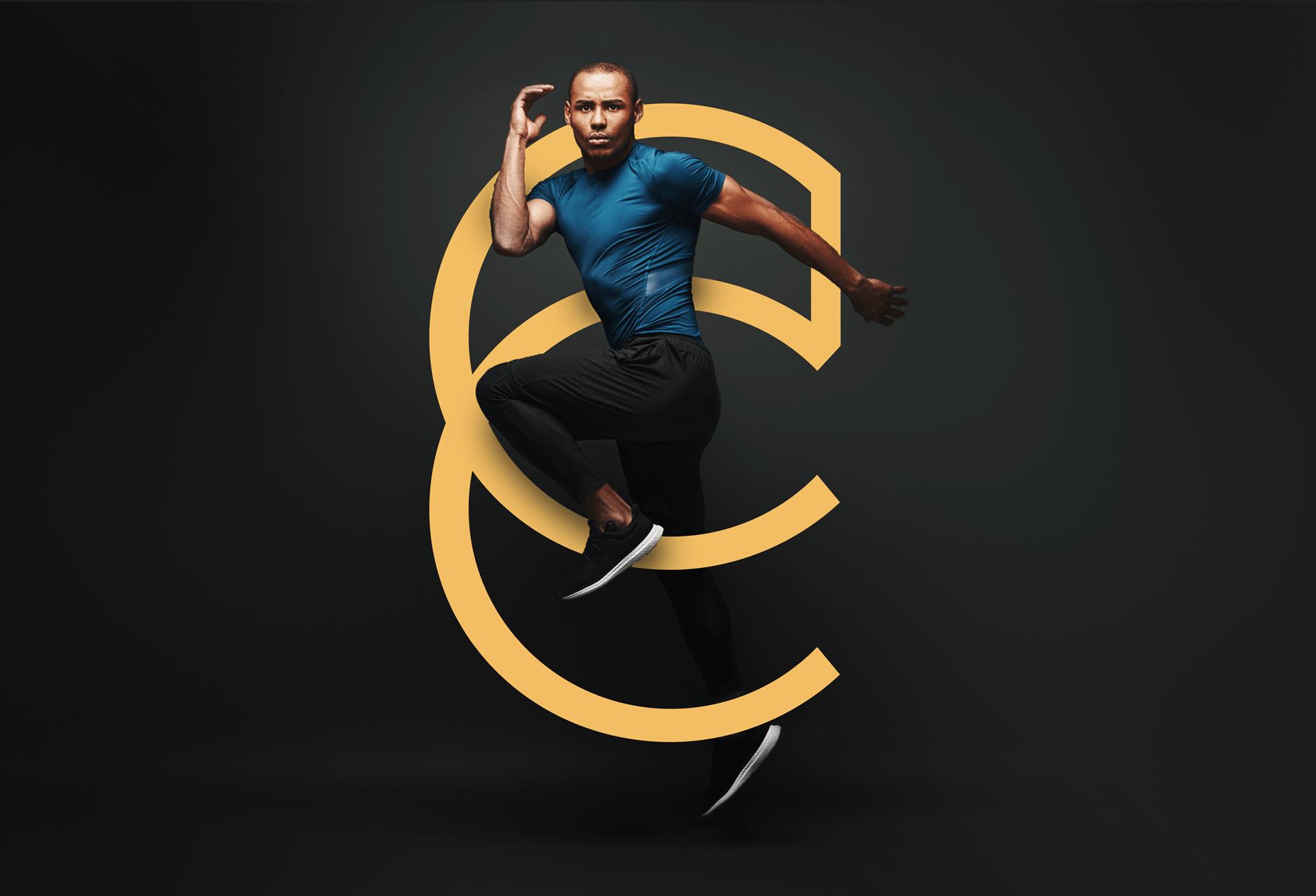 homme sautant entremêlé avec le CC jaune du logo Le Club Concept sur fond noir